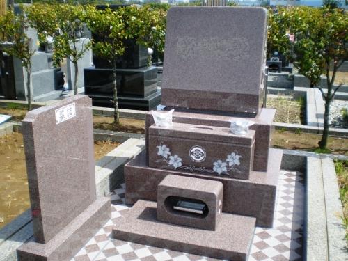 ピンク色の石が素敵なお墓